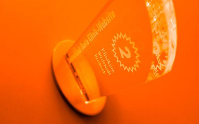 Pokal auf Orange
