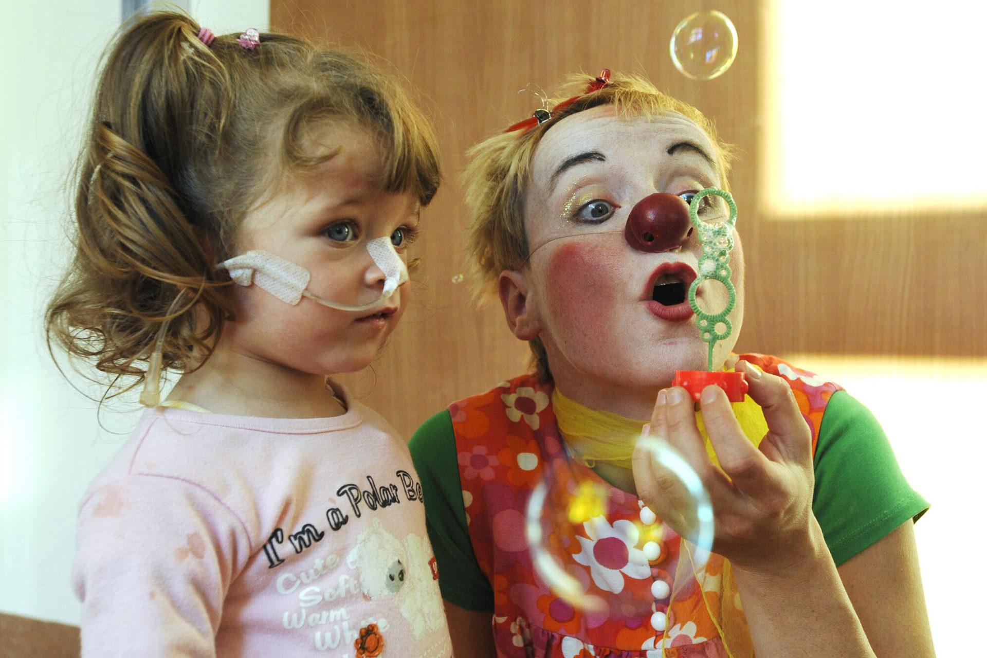 Kind, Clown und Seifenblasen