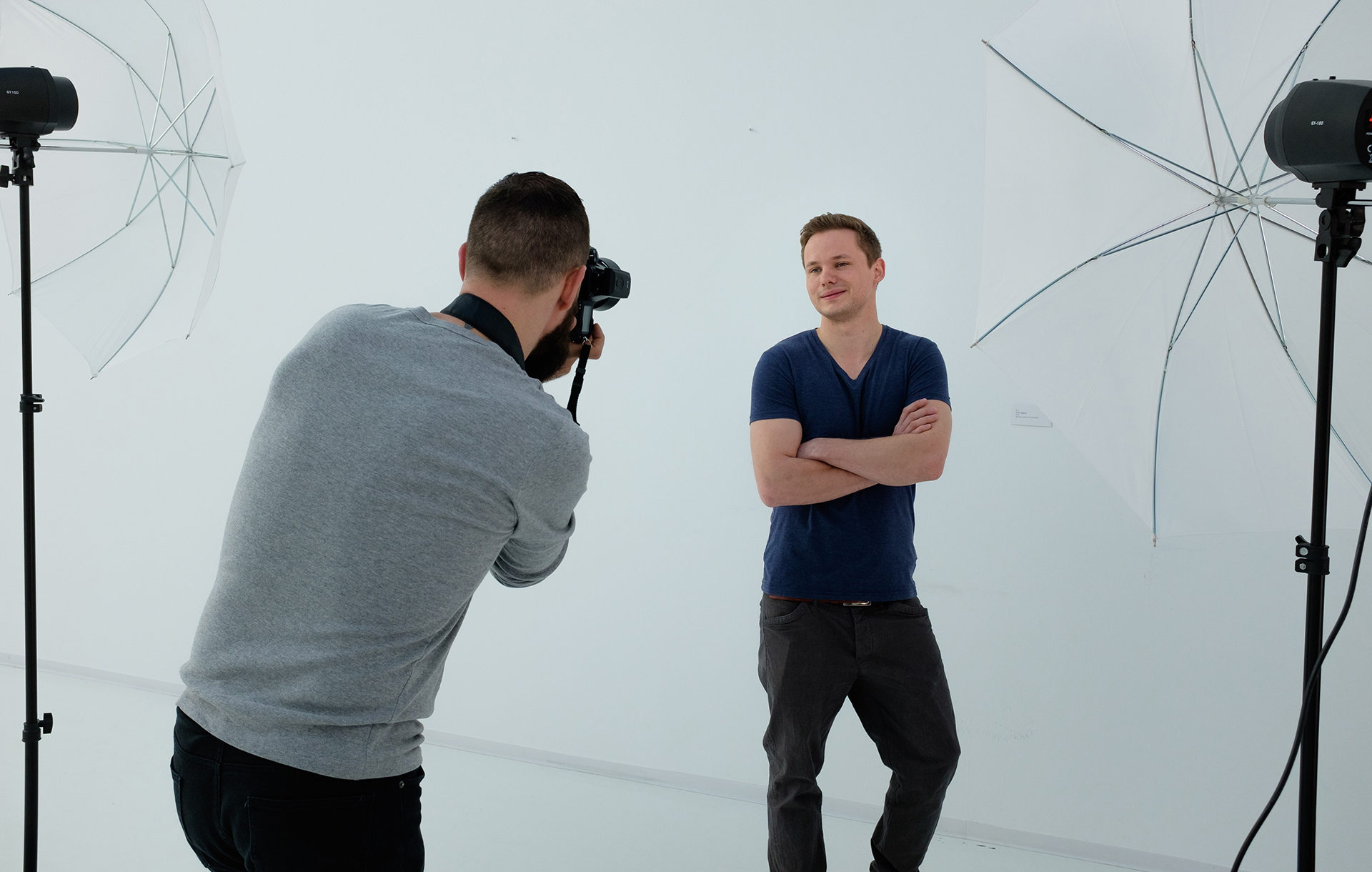 Fotograf fotografiert ein Model