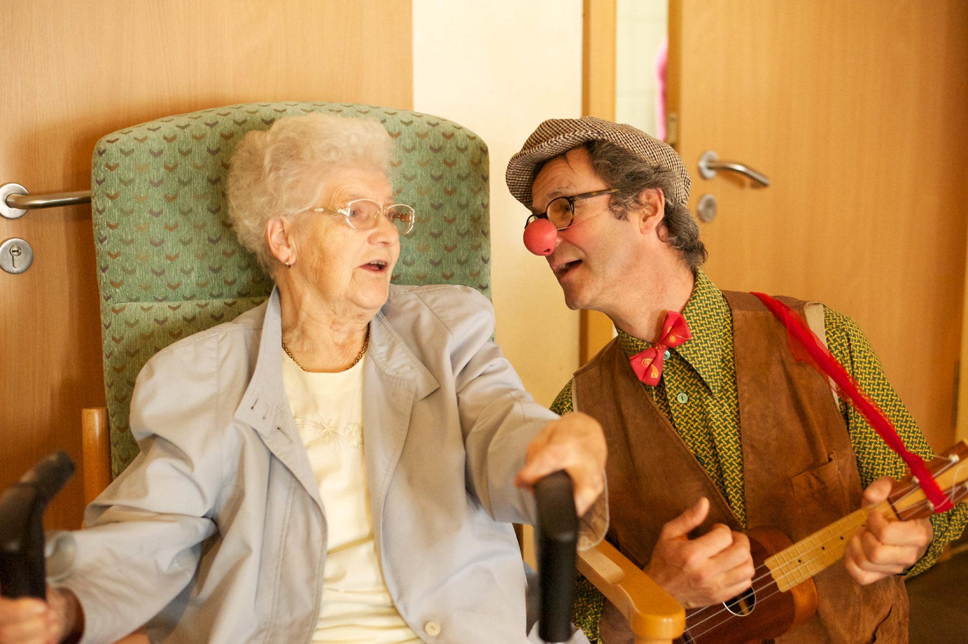 Alte Frau und Clown