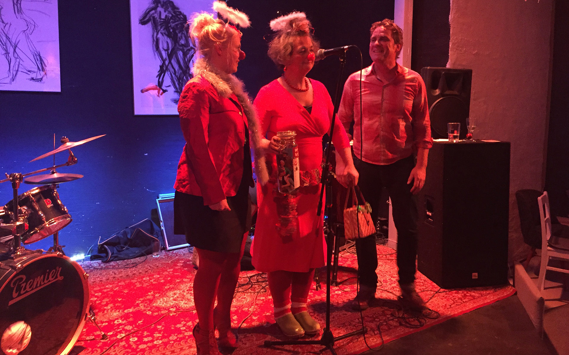 Lars und Clowns auf der Bühne