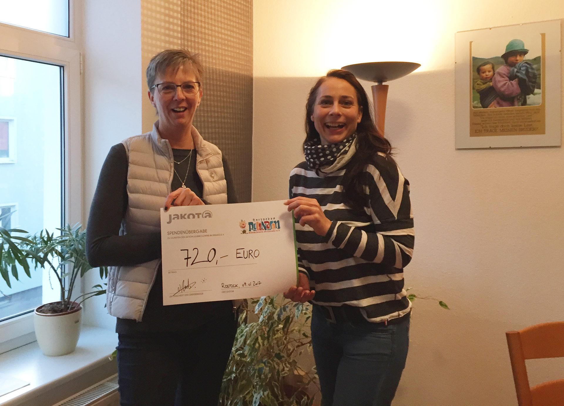 Ulrike Nehls und Steffi Ruddat bei der Übergabe des Spenschenschecks